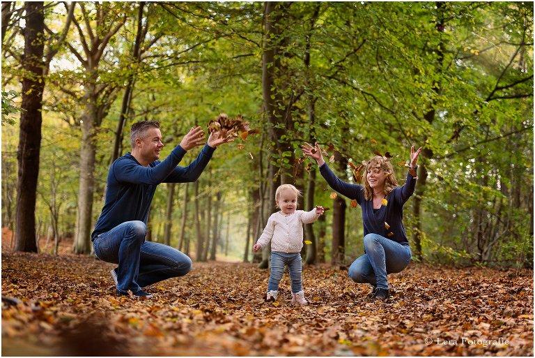 Gezinsfotoshoot in het bos in de herfst