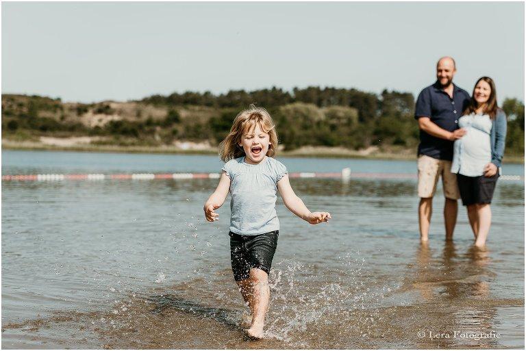 Zwangerschapsfotografie bij een meer in Overveen